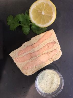 Terrine de saumon, sauce aux herbes